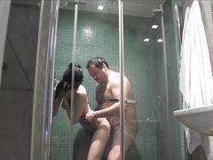 Толстый мужик снял скрытой камерой в душе секс с проституткой
