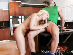 Страстный домашний секс на кухонном столе