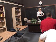 Уверенный в себе студент трахнул грудастую училку в чулочках