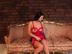 Гламурная эротическая фотосессия модели с большими сиськами