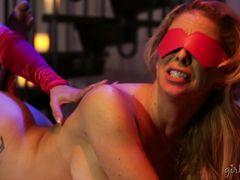 Загадочная грудастая лесбиянка в маске села пиздой на лицо девушке