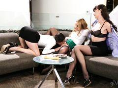 Три горячие красотки занимаются лесби сексом