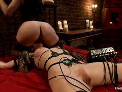 Госпожа садится пиздой на лицо связанной рабыни
