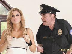 Озабоченный полицейский подсматривает за сексом двух лесбиянок