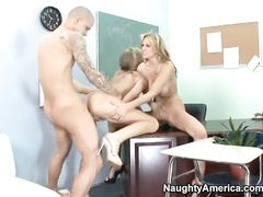 Две озабоченные учительницы трахаются со студентом в классе
