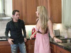 Блондинка с красивыми сиськами трахается на кухне с бойфрендом