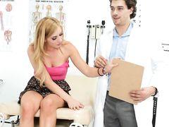 Кудрявый молодой доктор трахнул на работе озабоченную пациентку
