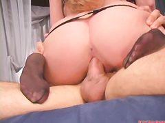 Неподражаемый ловелас трахает рыжую девушку в черных чулках