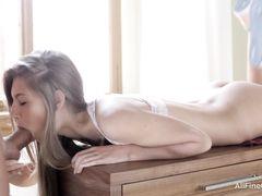 18-летний любовник трахнул на столе соблазнительную русскую худышку