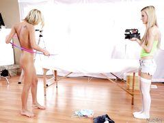 Две худенькие блондинки трахаются на кастинге с опытным ебарем
