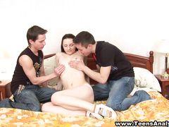 Друзья Иван и Миша занялась анальным сексом втроем с юной Ритой