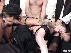 Две шлюшки в чулках попали на жесткий групповой секс на вечеринке