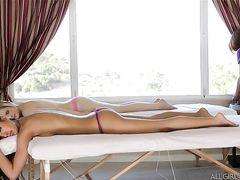 Лесбиянки делают чуткий массаж йони