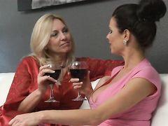 Сисястые зрелые лесбиянки выпили и занялись сексом в джакузи