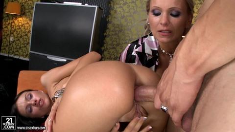 Анальный Секс С Подругой Мамы
