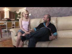 Безотказная русская девушка трахается с иностранцем на диване