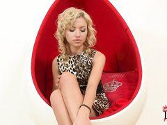 Блондинка с красивой бритой киской занялась анальной мастурбацией
