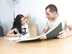 Клевая русская студентка в чулках трахается на столе с одногруппником