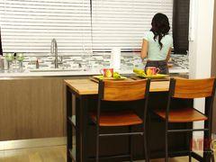 Домохозяйка разделась догола и занялась мастурбацией на кухне