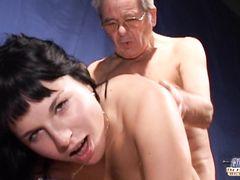 Опытный старый фотограф занялся сексом с молодой брюнеткой