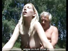 Рукастый старичок помог и трахнул на улице молодую блонду