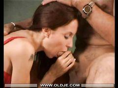 Худенькая девушка легко согласилась на секс со стариком