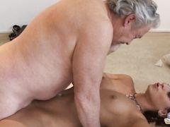Везучий пузатый старик трахает молодую подругу внучки на полу