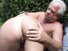 Старик с седыми волосами на улице отымел молоденькую шлюшку