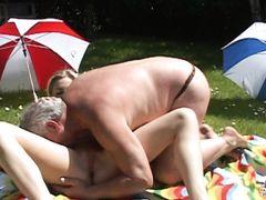 Страстный уличный секс молодой девушки со стариком