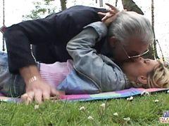 Слеповатый старик спас сексом сбитую на дороге девушку
