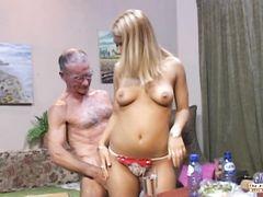 Похотливый богатые старики трахают молоденьких блондинок