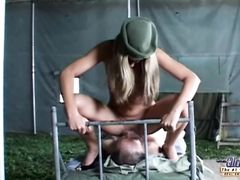 Девушка солдат занялась сексом с пожилым толстым пленником