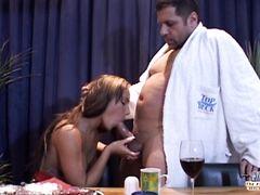 Опытный взрослый любовник устроил девчонке сладкий секс на столе
