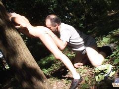 Старый лесник на природе жахает молодую подружку в тепленькую пизденку