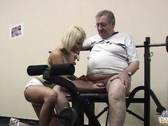 Юная сексуальная тренер трахается в спортзале с толстым стариком
