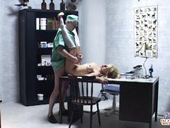 Старикашка врач трахает пациентку в палате для осмотра