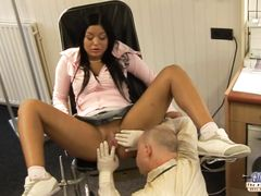 Похотливый старый гинеколог трахнул девочку после осмотра