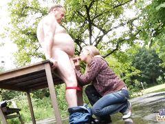 Толстенький старый дед трахается с молодой блондинкой на улице