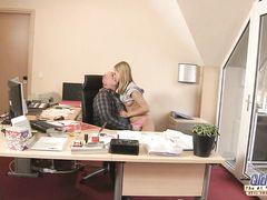 Соблазнительная юная секретарша трахается в офисе со старым начальником