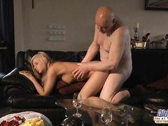 Сексуальная блондинка Барби трахается со стариком на диване