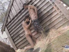 Деревенская шлюха жахается с местным зрелым фермером на сеновале