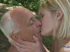 Молоденькая блондинка и старый седой дед занялись сексом в лесу