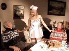 Два старика устраивают ролевые игры с проституткой в костюме медсестры