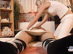 Отзывчивая молодая массажистка занялась сексом с клиентом пенсионером