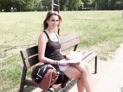 Случайная девушка трахается в парке за деньги с чешским пикапером