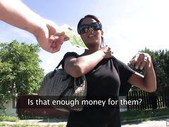 Загорелая чешка трахается на улице за деньги с опытным пикапером