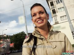 Продажная чешская девушка занялась сексом в подъезде за деньги
