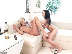 Пылающие страстью подружки занялись лесбийским сексом на диване