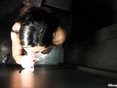 Оральный секс через дырку в стене с темноволосой красивой девчонкой