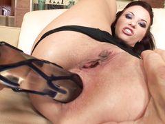 Горячий мачо сует большой член в жопу сексуальной русской брюнетки